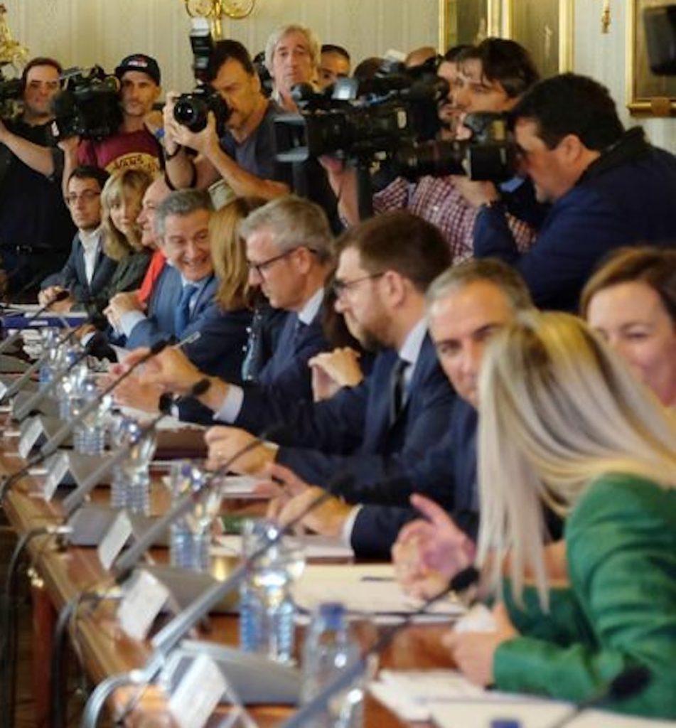 El vicepresidente de la Xunta, Alfonso Rueda (centro), en la reunión.