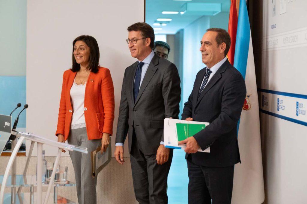 Núñez Feijóo con los conselleiros de Medio Ambiente, Ángeles Vázquez, y Facenda, Valeriano Martínez, en la rueda de prensa tras el Consello.