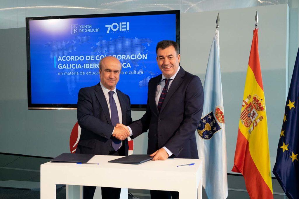 El conselleiro de Cultura e Turismo, Román Rodríguez, y el secretario general de la Organización de Estados Iberoamericanos para la Educación, la Ciencia y la Cultura (OEI), Mariano Jabonero, firmaron el convenio de colaboración.