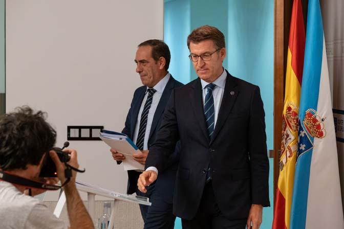 El titular del Gobierno gallego, Alberto Núñez Feijóo, a su llegada a la rueda de prensa posterior a la reunión semanal del Consello de la Xunta acompañado por el conselleiro de Facenda, Valeriano Martínez.
