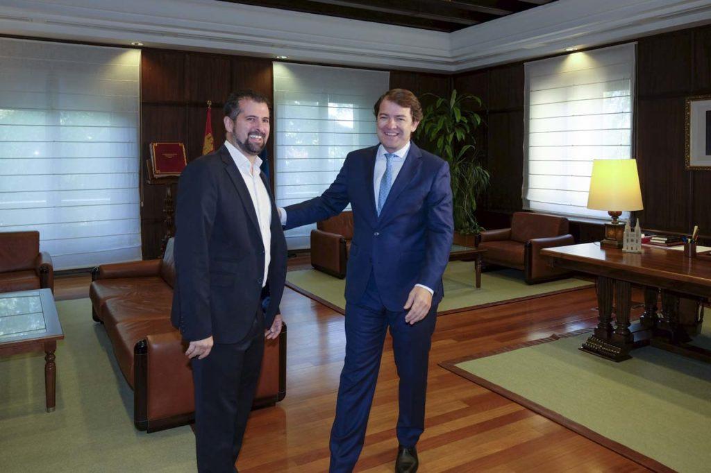El presidente de la Junta de Castilla y León, Alfonso Fernández Mañueco, en la reunión con el secretario general del PSOECyL, Luis Tudanca.