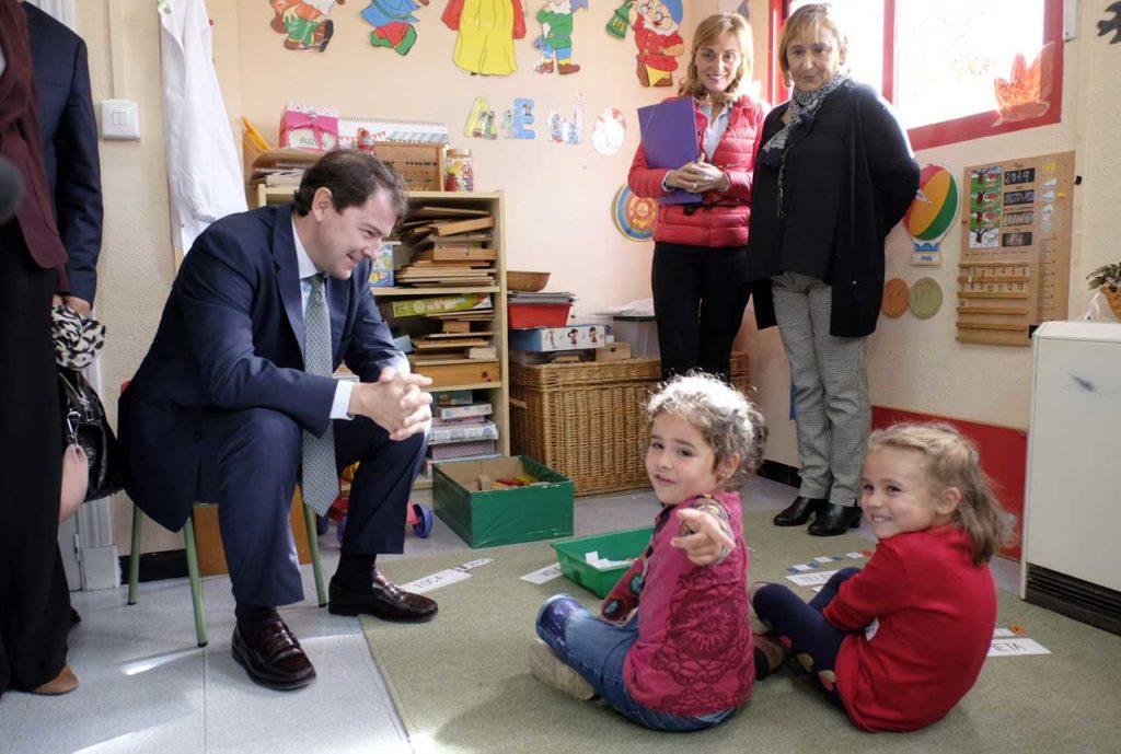 Mañueco visitó la escuela de infantil Padre Anastasio Gutiérrez en Santervás de la Vega.