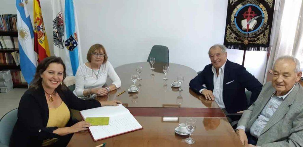 Ana Miranda, primera por la izquierda, con directivos del Instituto Santiago Apóstol de Buenos Aires.
