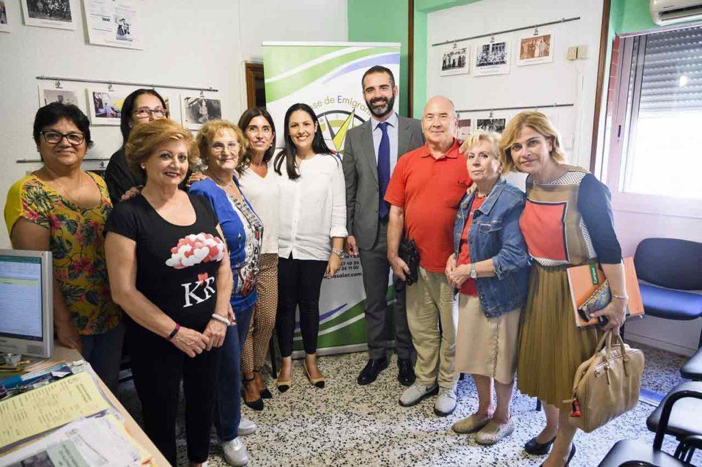 El alcalde Almería con la directiva y socios de Asaler.