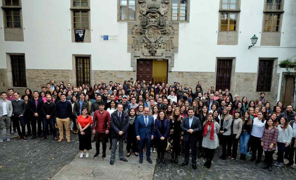 Miranda con los beneficiarios de las BEME y de las becas de FP en la Plaza de Mazarelos de Santiago.