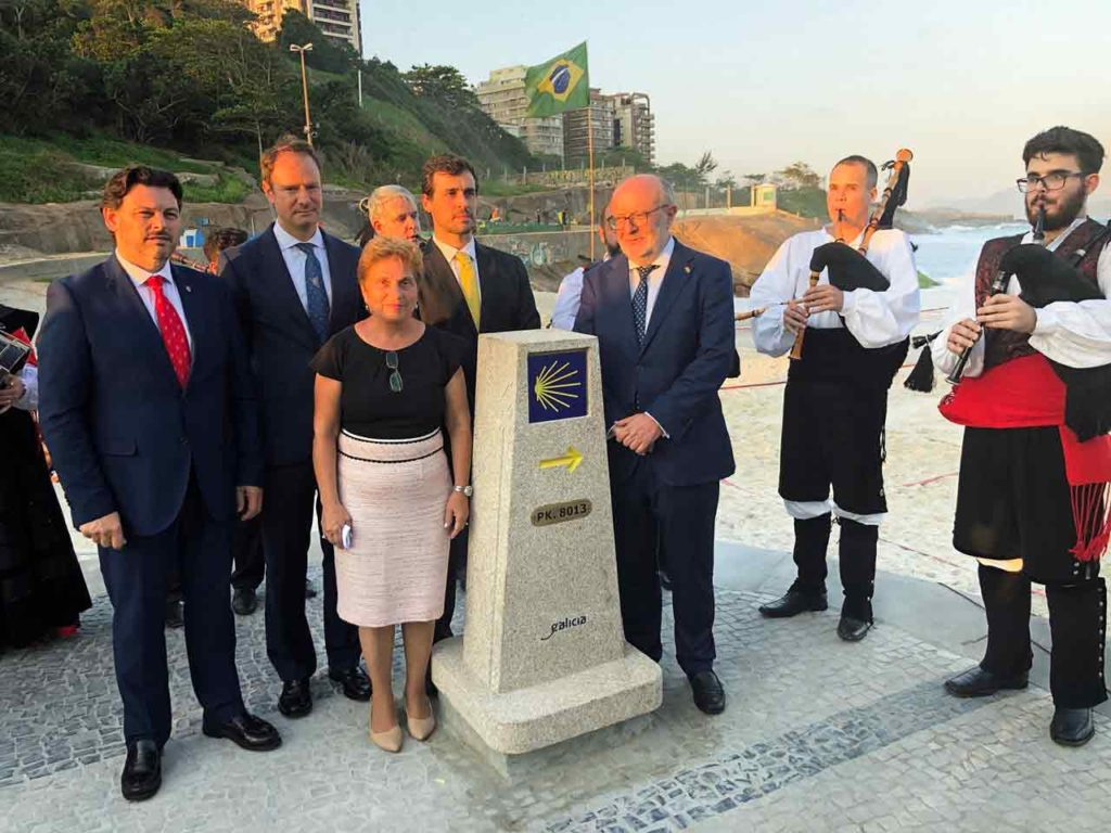 Colocación del mojón del Camino de Santiago en Río de Janeiro.