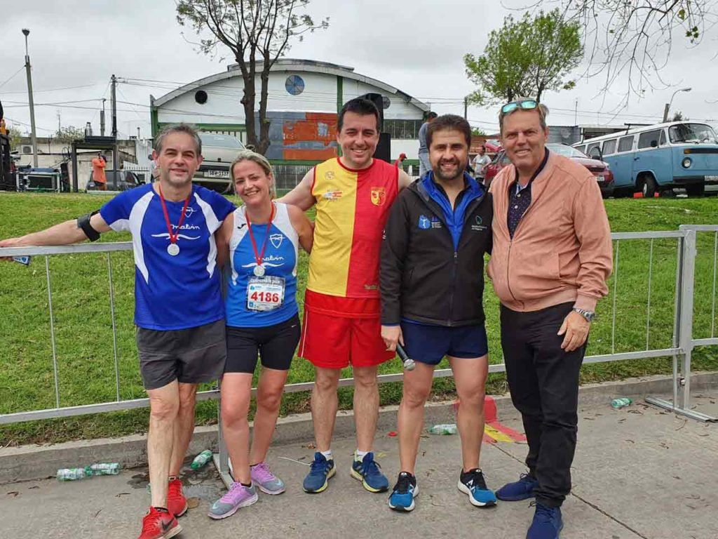 Jorge Torres, derecha, con atletas y directivos del Villa Española.