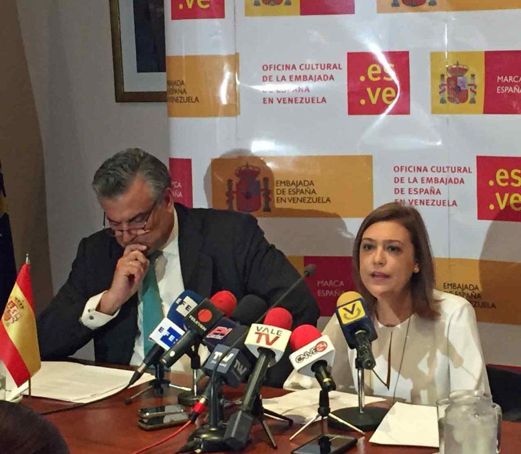 Jesús Silva y Laura López presentaron la programación cultural de la Embajada.
