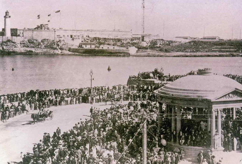 Llegada de un barco de emigrantes al puerto de La Habana.
