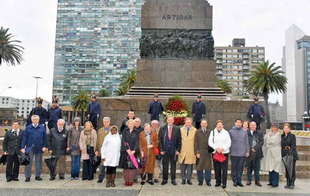 Ofrenda floral ante el monumento a Artigas.