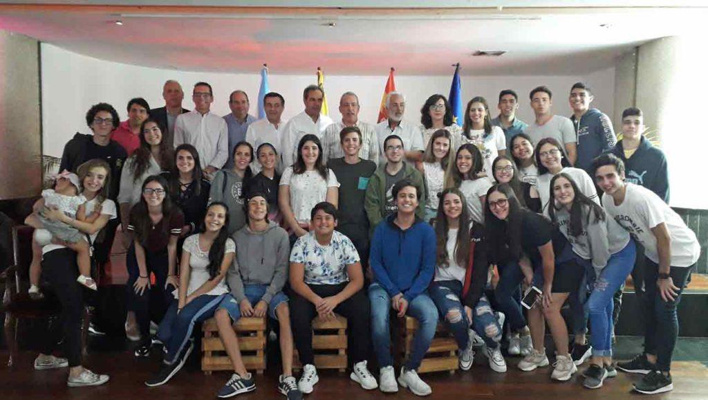 Los jóvenes con las autoridades españolas.