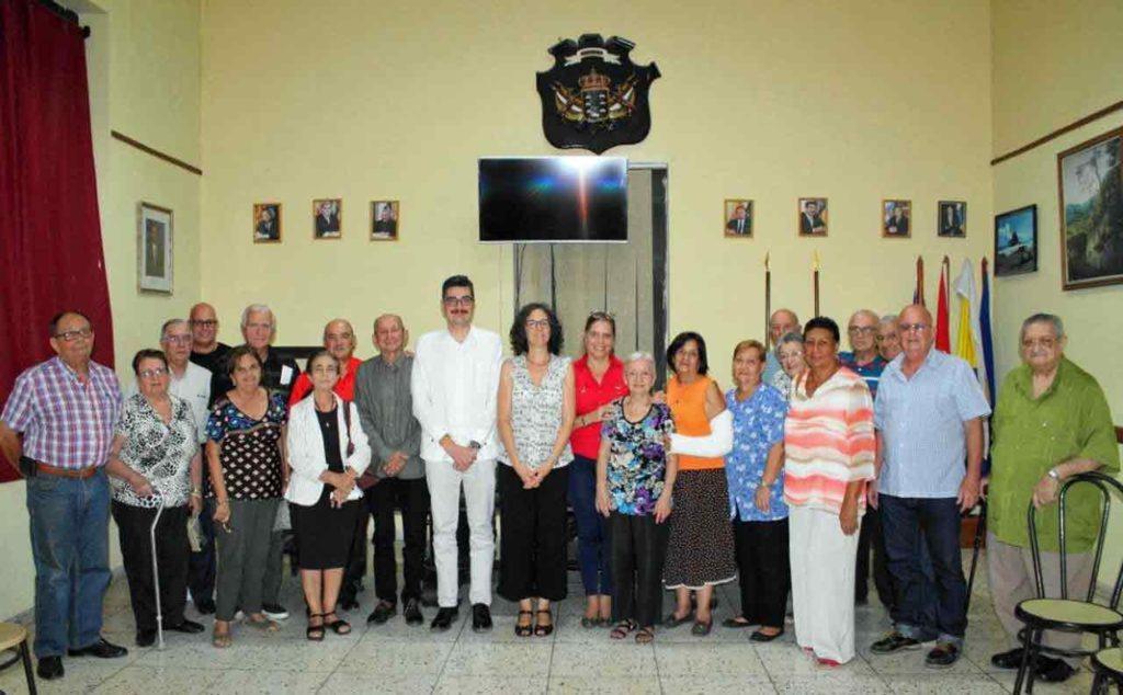 En el centro Tamar Lavado y Antonio Solesio rodeados por los representantes de la colonia.