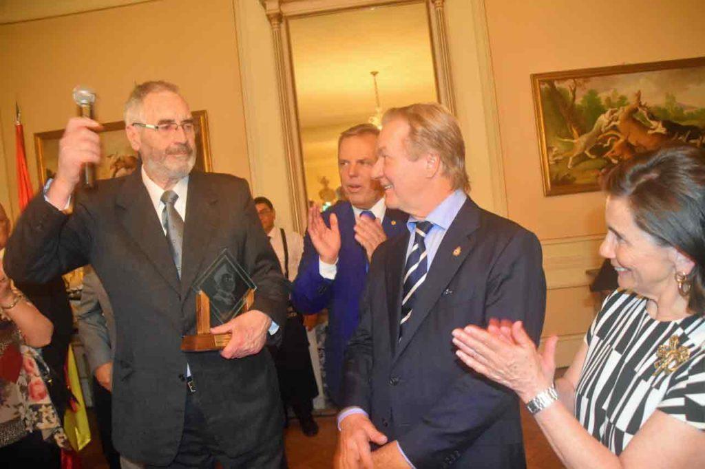 Antonio Lladó (izquierda) recibió el Premio Colón de manos del embajador Javier Gómez-Llera.