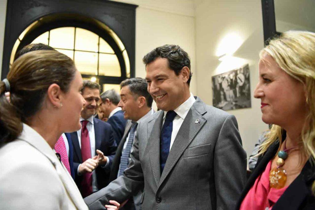 Juanma Moreno, junto a Catalina de Miguel, saludando a andaluces asistentes al acto.