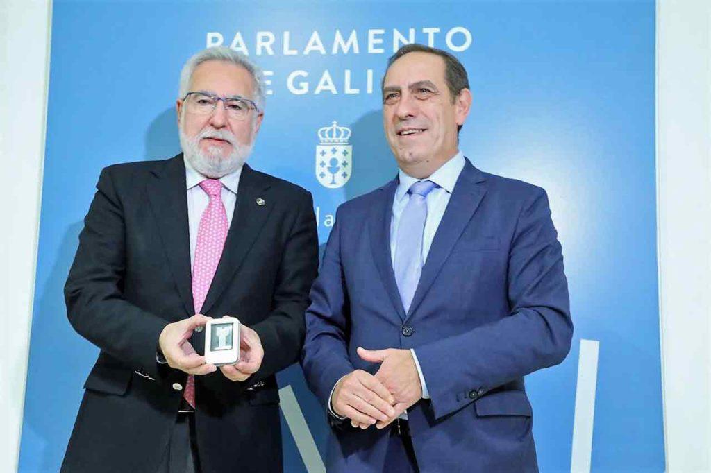 Miguel Santalices recibió de manos del conselleiro de Facenda, Valeriano Martínez, el proyecto de presupuestos para 2020.