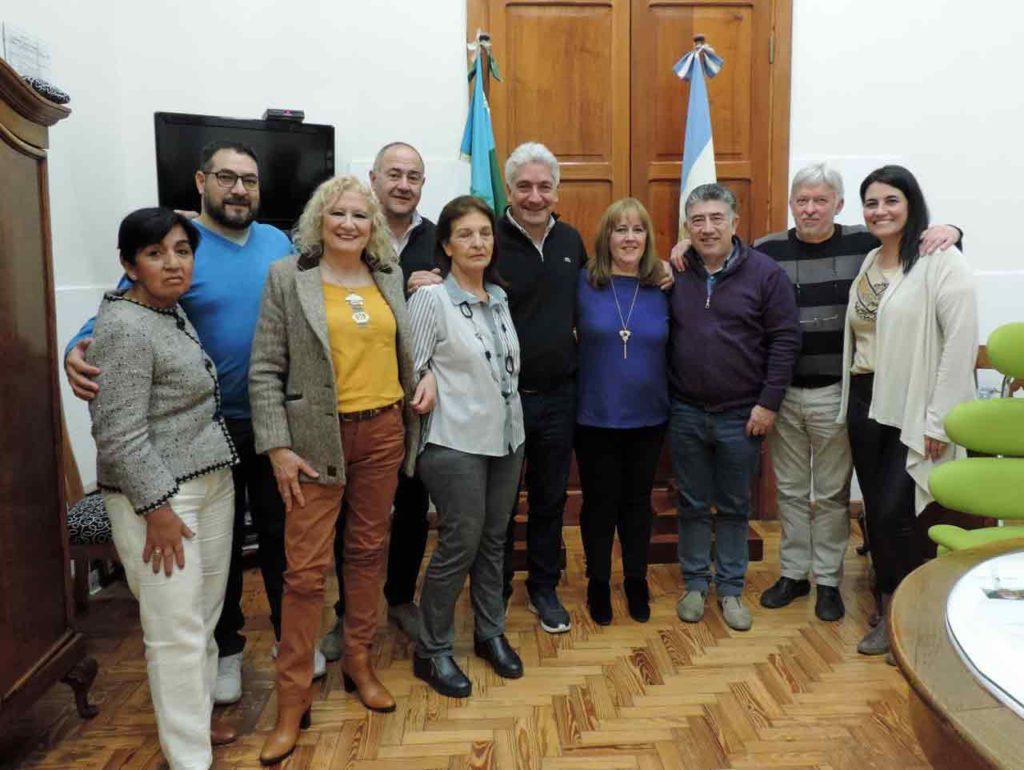 El intendente de Carmen Patagones, José Luis Zara, con la directiva de la Asociación Española.