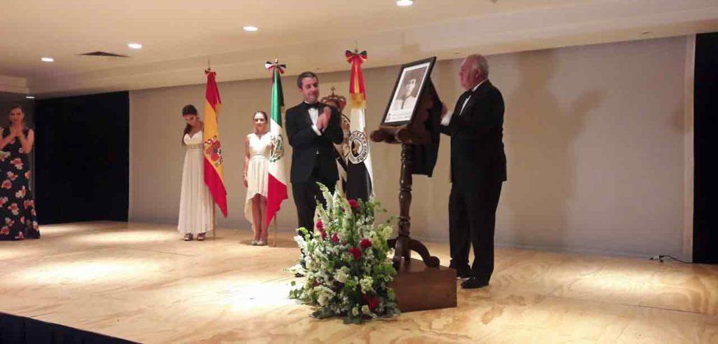 """José Pintor y Rafael Ruiza descubrieron la placa del """"Personaje de la Hispanidad"""", María Enriqueta Camarillo"""