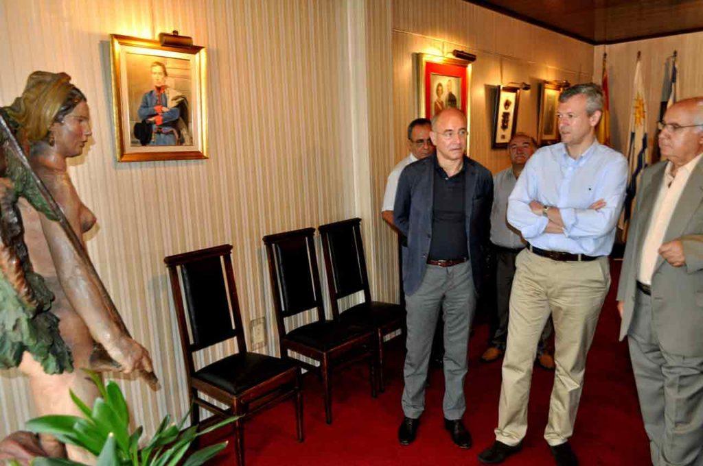 El vicepresidente de la Xunta, Alfonso Rueda, contemplando la obra en una de sus visitas a Casa de Galicia de Montevideo.