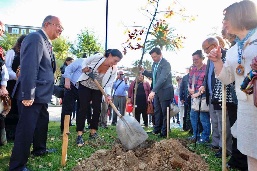 Gema Igual y Rodríguez Miranda plantaron un roble con motivo del centenario.