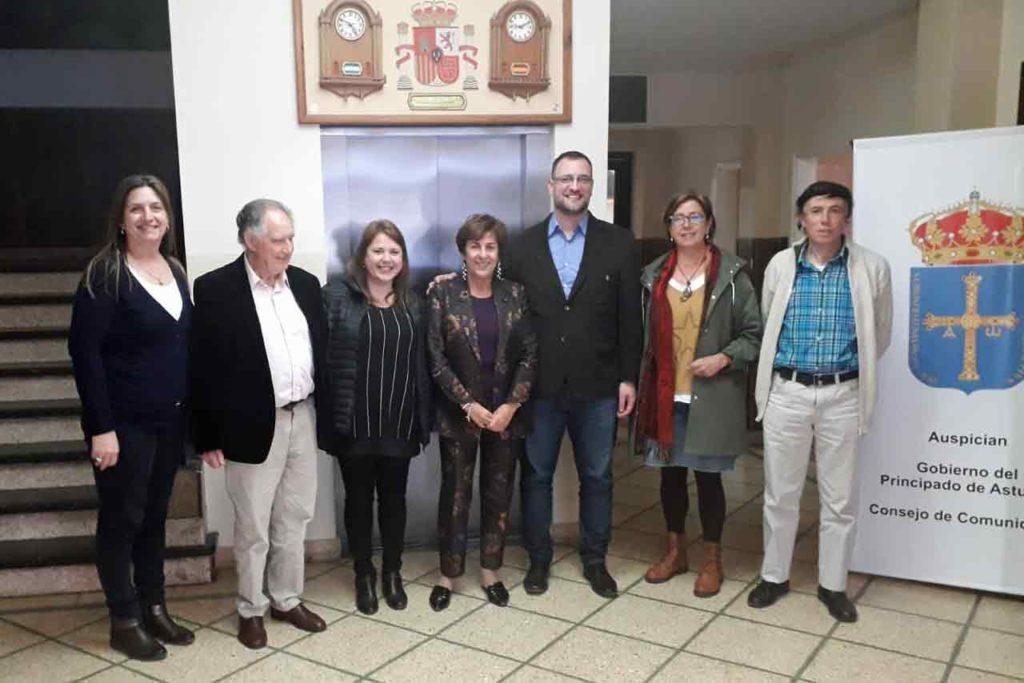 La directora general de Emigración junto a directivos de los centros asturianos de Mar del Plata y Necochea.