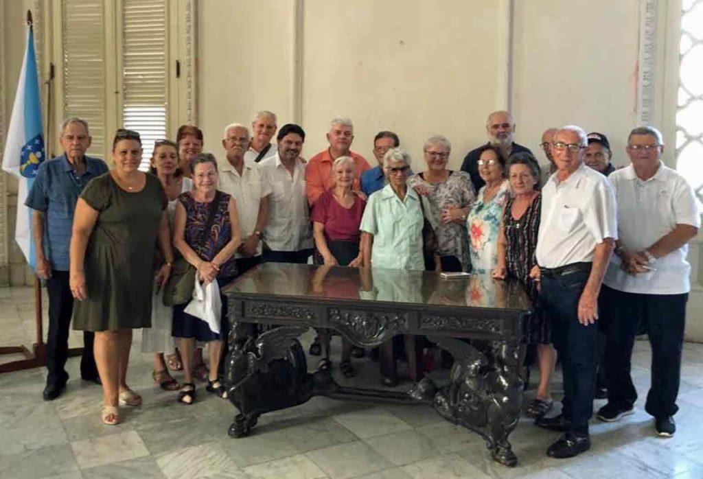 Miranda con representantes de las sociedades gallegas.