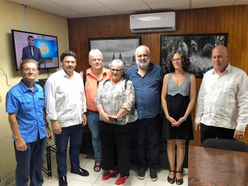 Antonio Rodríguez Miranda, segundo por la izquierda, con la directiva de la Sociedad Cultural Rosalía de Castro.