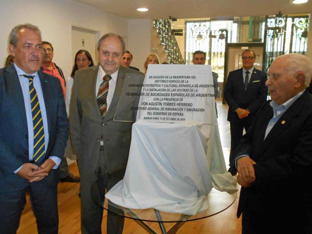 Torres, Selas y Blanco luego de descubrir la placa conmemorativa de la reapertura de la Patriótica Española.