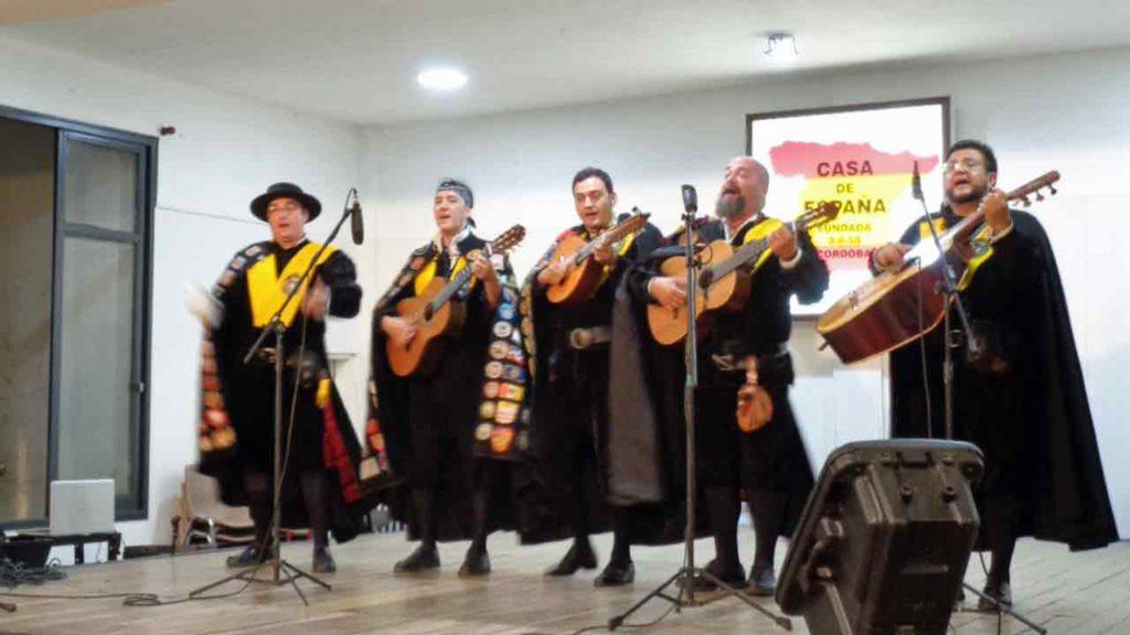 La Tuna de Medicina de la Universidad de Murcia durante su actuación.