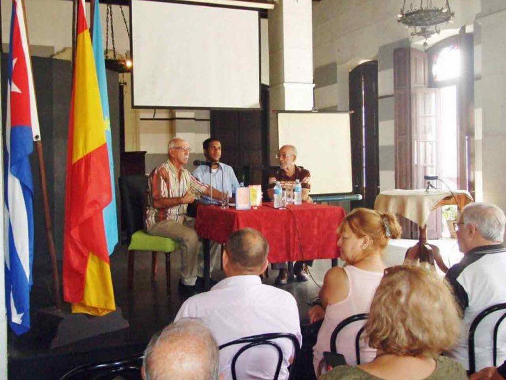 Santiago Prado, Edel Abreu y Carlos Venegas durante la presentación del libro en el Salón Alejandro Casona de la FAAC.