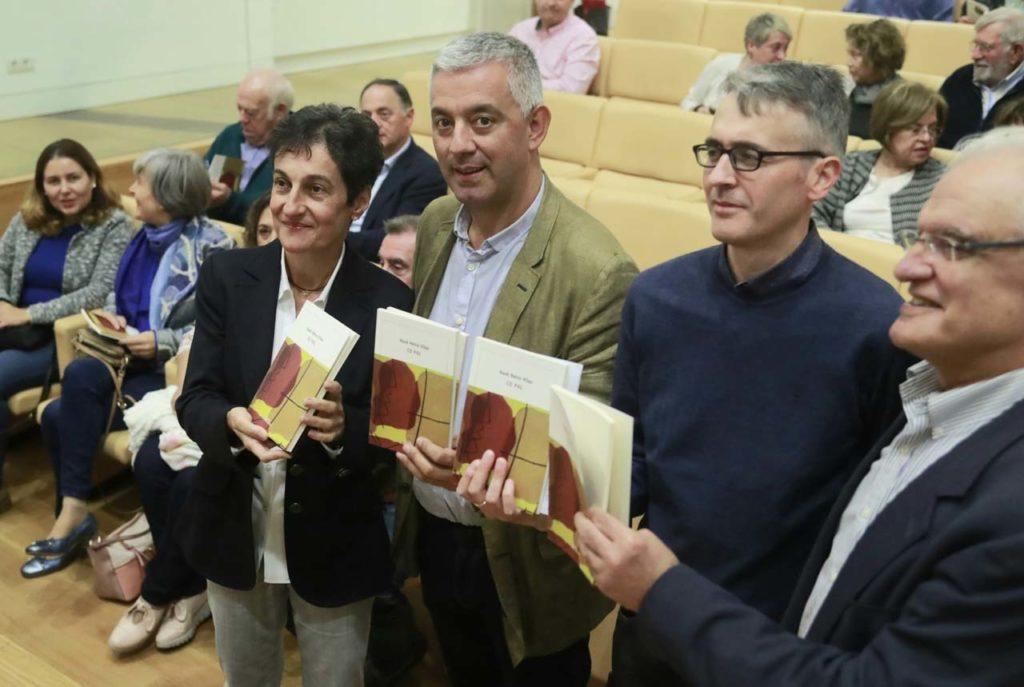Valentín García, en el acto flanqueado por Dolores Vilavedra, editora de 'Co pai', y por Fernando Redondo Neira, presidente de la Fundación Neira Vilas.