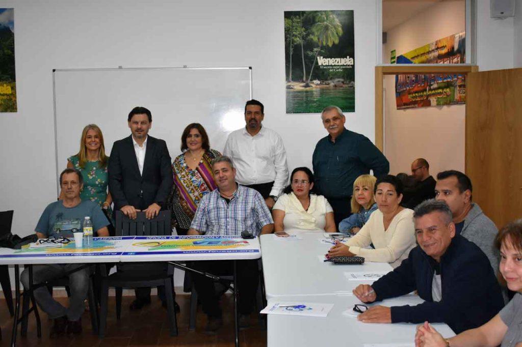 De pie: María Fernanda Ruiz, Antonio Rodríguez Miranda, Mónica Janeiro, José Manuel Gil y Manuel Pérez. Sentados: asistentes a las jornadas.