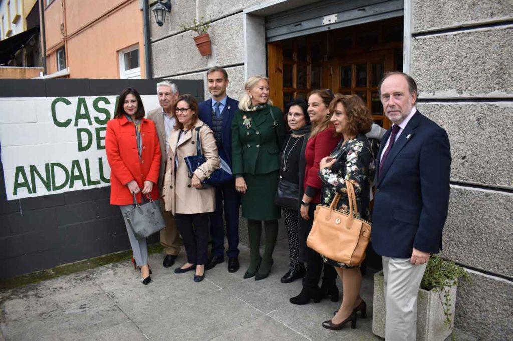 Amós García (4º), Corina Porro (5ª) y Antonio Ramos (dcha), con la presidenta (6ª) y otros socios de la Casa de Andalucía en Vigo.