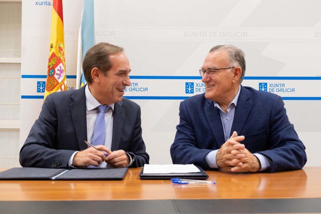 El conselleiro de Facenda, Valeriano Martínez, y el presidente de la Federación Galega de Municipios e Provincias (Fegamp), Alfredo García, firmaron el protocolo de colaboración.
