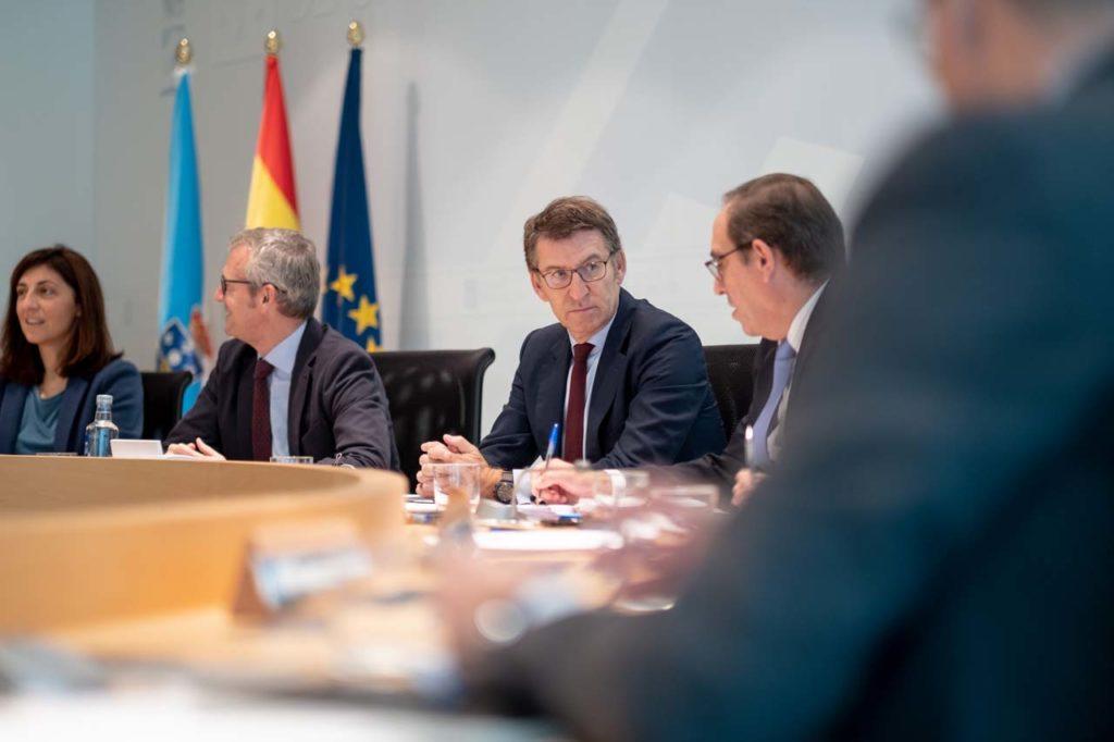 La reunión del Consello con Feijóo, flanqueado por el vicepresidente Rueda y Valeriano Martínez, titular de Facenda.