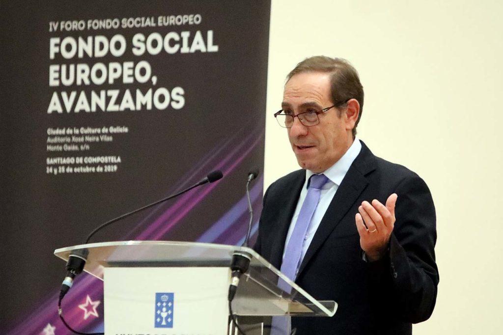 El conselleiro de Facenda, Valeriano Martínez, clausuró en Santiago el IV Foro del Fondo Social Europeo.