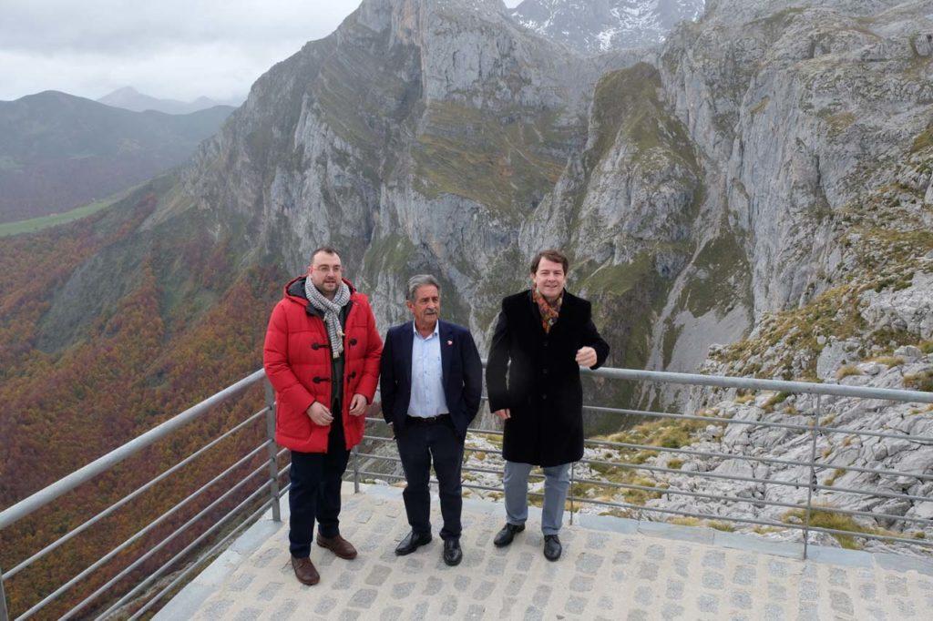 Mañueco (derecha) junto a Barbón y Revilla en un mirador de Picos de Europa.
