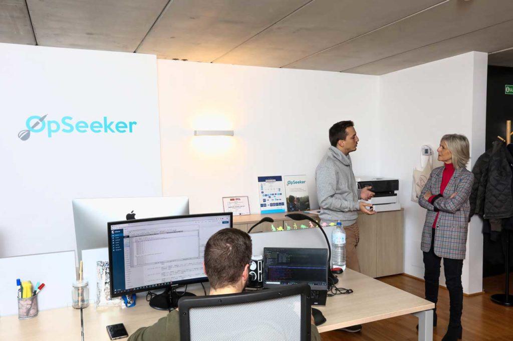 La secretaria xeral de Emprego, Covadonga Toca, en la visita que realizó en Ames a la empresa OpSeeker Tech.