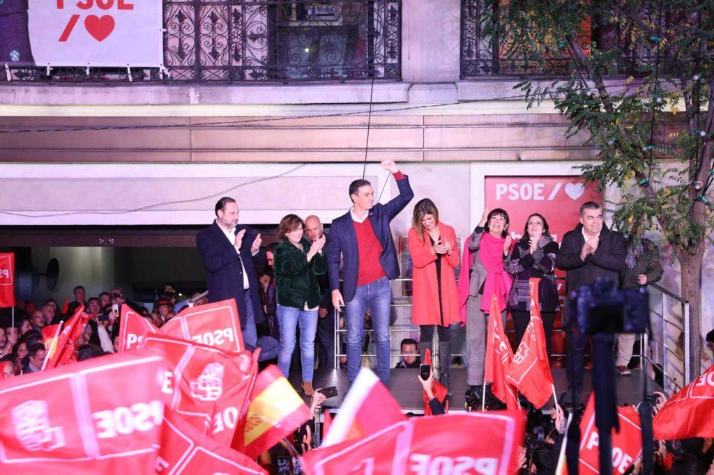 El candidato a la reelección, Pedro Sánchez, celebró los resultados con afiliados y simpatizantes en el exterior de la sede del PSOE.