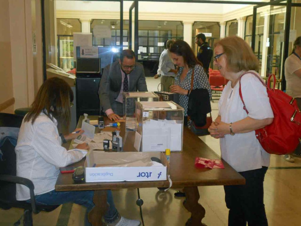 Personas de todas las edades se acercaron hasta el Consulado en Buenos Aires para depositar su voto en las urnas allí dispuestas.