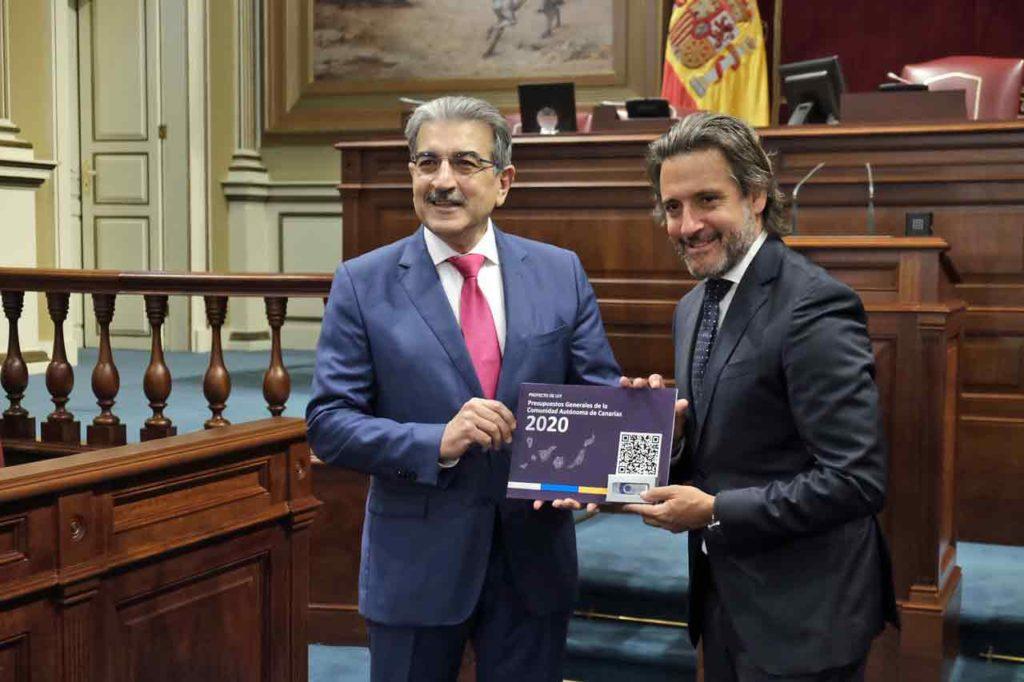 Román Rodríguez entregó a Gustavo Matos el Proyecto de Ley de Presupuestos de la Comunidad Autónoma de Canarias para 2020.