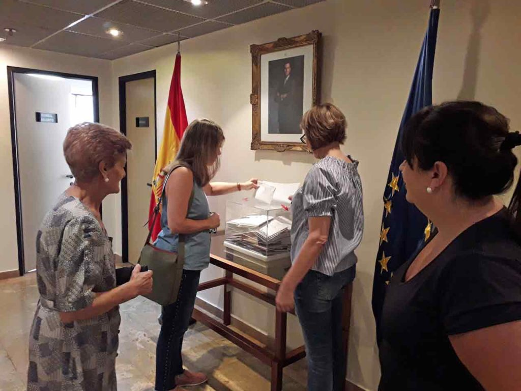 Una emigrante española depositando el voto.