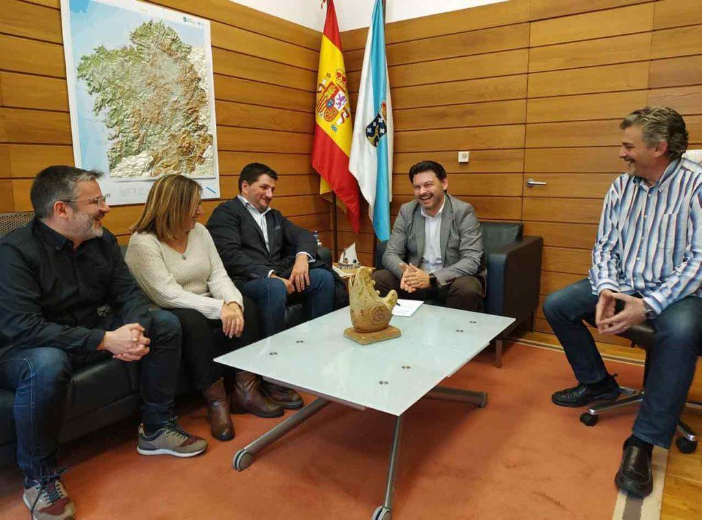 Rodríguez Miranda con los representantes de la Xuntanza de Asociacións Galegas de Cataluña.
