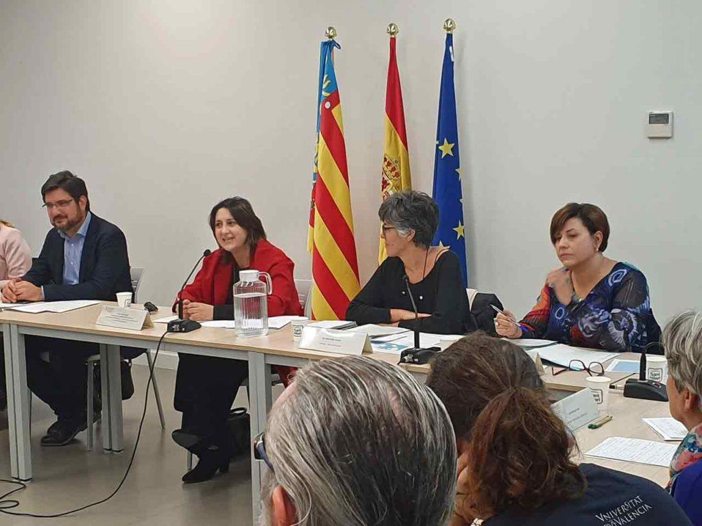 Rosa Pérez Garijo, segunda por la izquierda, durante la reunión del Consell de Cevex.