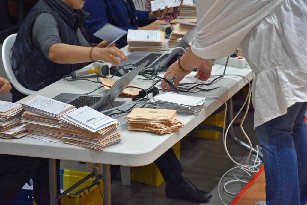 Escrutinio del voto CERA en la Junta Electoral Provincial de A Coruña el pasado 13 de noviembre.