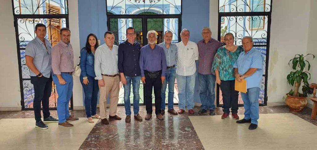 En el centro el presidente de la Feceve, Roberto González, y el consejero de Trabajo, José Francisco Armas, junto con los demás miembros de la directiva de la Federación.