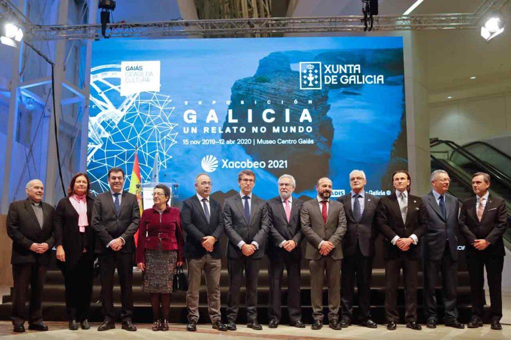 El presidente gallego y otras autoridades y patrocinadores de la muestra.