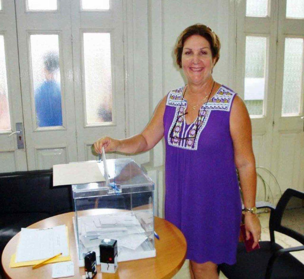 Ana María también depositó su voto.