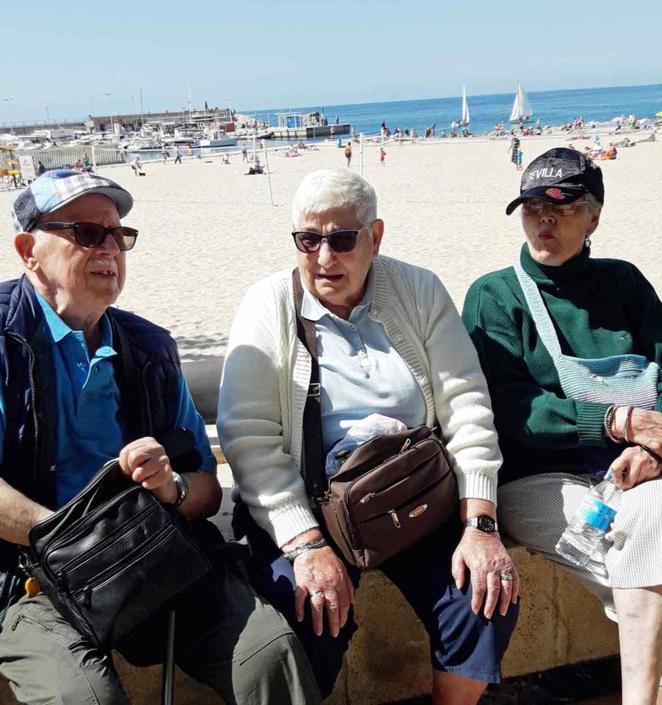 Españoles residentes en Bélgica en Benidorm en abril de 2019 gracias a los viajes del Imserso.