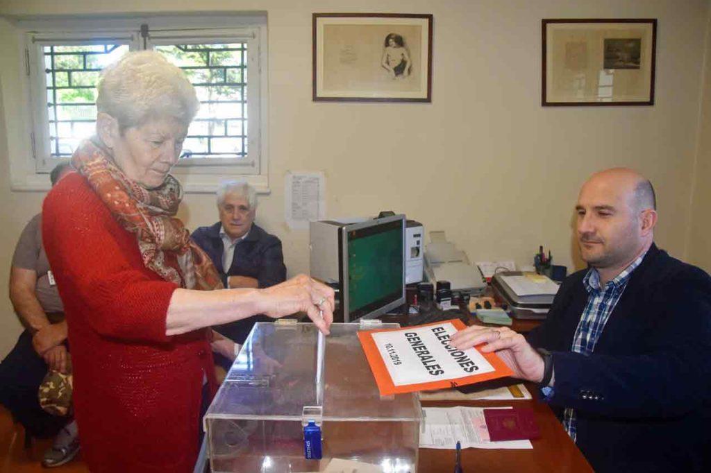Marta depositando el voto.