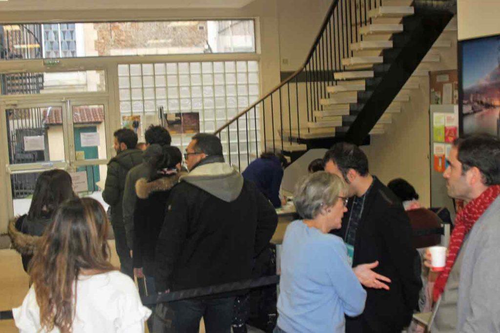 Cola para votar en el Consulado de España en París.
